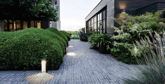 5 способов осветить садовую дорожку